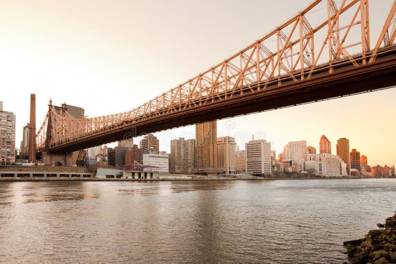 Queensborobrug over de Rivier van het Oosten en de Hogere Kant van het Oosten van Manhattan royalty-vrije stock afbeelding