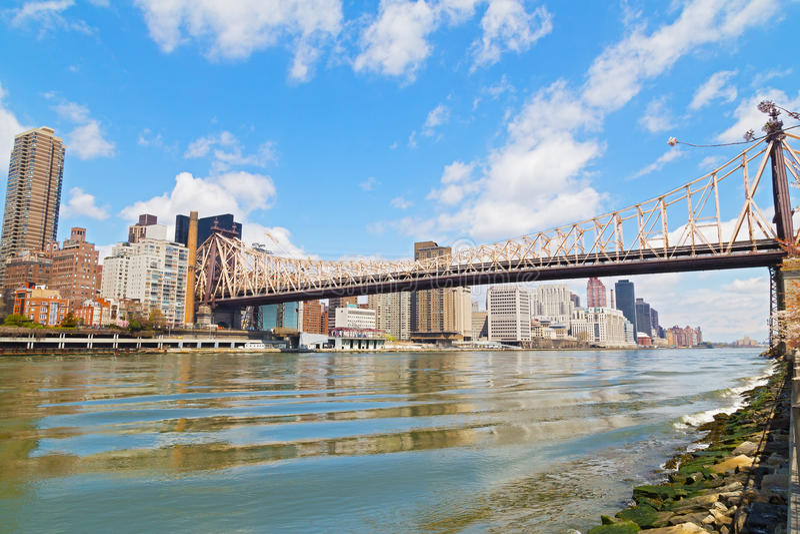 Queensborobrug over de Rivier van het Oosten met mening over Manhattan stock fotografie