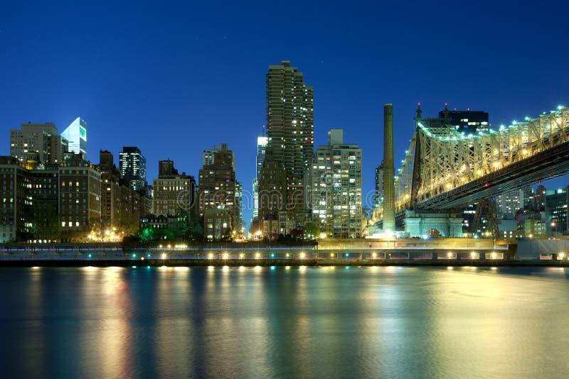 Queensborobrug over de Rivier van het Oosten in de Stad van New York bij nacht stock afbeelding