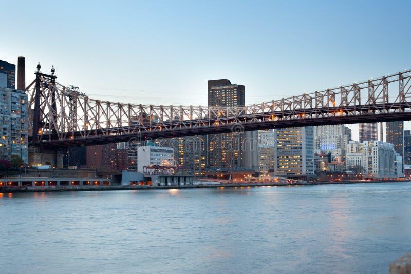 Queensborobrug over de Rivier van het Oosten in de Stad van New York bij nacht stock afbeeldingen