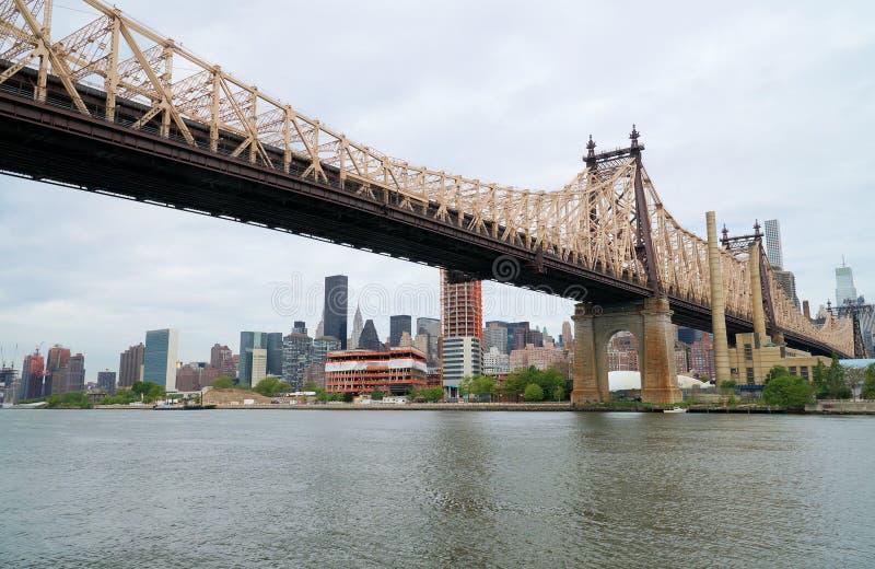 Queensboroughbrug in Uit het stadscentrum Manhattan met de Stadshorizon van New York over de Rivier van het Oosten royalty-vrije stock fotografie