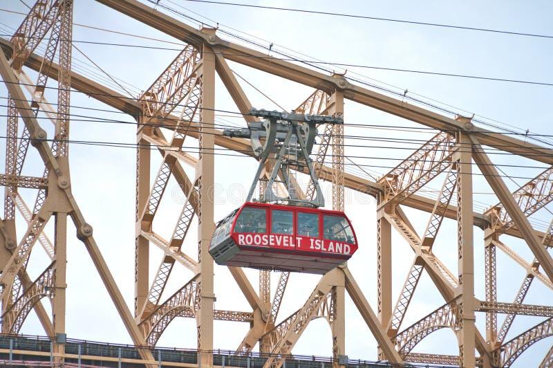 Queensboroughbrug in Uit het stadscentrum Manhattan met de Stadshorizon van New York over de Rivier van het Oosten stock foto's