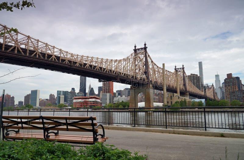 Queensboroughbrug in Uit het stadscentrum Manhattan met de Stadshorizon van New York over de Rivier van het Oosten royalty-vrije stock foto's