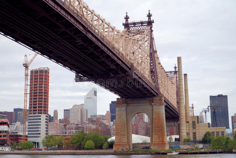 Queensboroughbrug in Uit het stadscentrum Manhattan met de Stadshorizon van New York over de Rivier van het Oosten stock foto