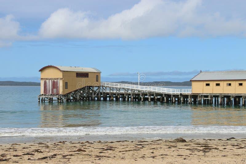 QUEENSCLIFF VICTORIA, AUSTRALIEN - September 25, 2015: Livräddningsbåtskjulet byggdes för att inhysa royaltyfri fotografi