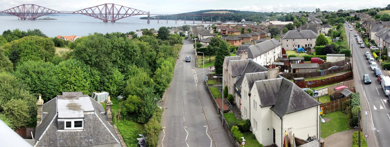 Queensferry del sur y adelante cerca el puente con barandilla foto de archivo