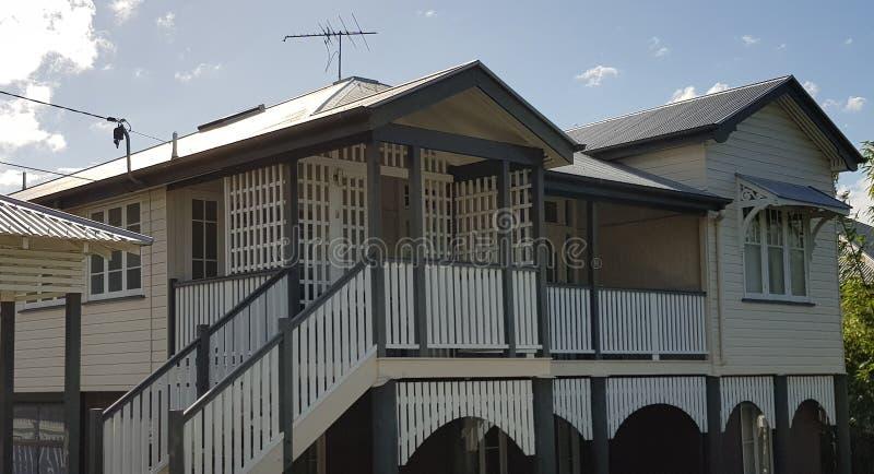 Queenslander en veranda met rooster stock afbeelding