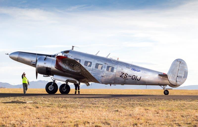 QUEENSTOWN, ÁFRICA DO SUL - 17 de junho de 2017: Modelo gêmeo de prata E de Beechcraft fotografia de stock