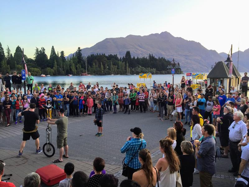 Queenstown, Nova Zelândia - 7 de fevereiro de 2016: Uma multidão de locals fotografia de stock