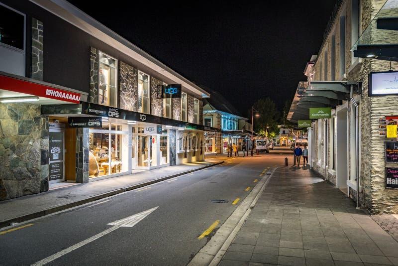 Queenstown, Nueva Zelanda - calles de la ciudad en la noche foto de archivo libre de regalías