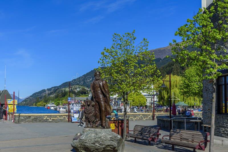 QUEENSTOWN, NUOVA ZELANDA - 10 OTTOBRE 2018: Statua di William Gilbert Rees Copi lo spazio per testo verticale fotografie stock
