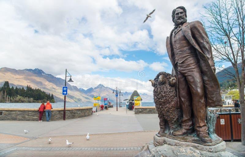 Queenstown, Nuova Zelanda - September-26-2017: La statua bronzea di William Gilbert Rees a Queenstown, NZ immagine stock