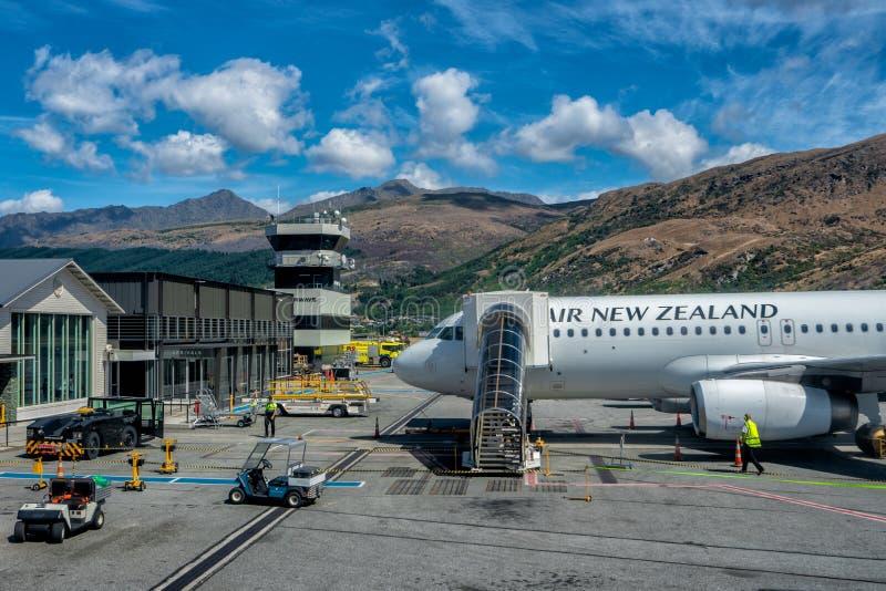 Queenstown Nya Zeeland - Januari 2018: Air New Zealand flygbuss 320 som förberedas för start fotografering för bildbyråer