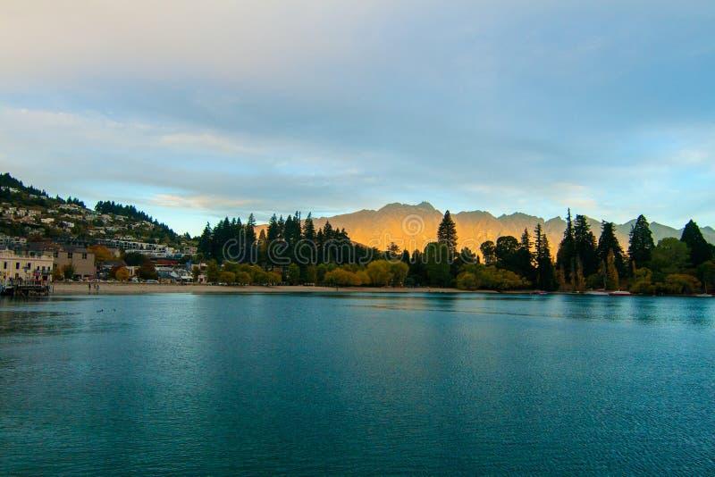 Queenstown nyazeeländsk berömd semesterortstad i Otago och iconic bergskedja Remarkablesen på solnedgången royaltyfria bilder