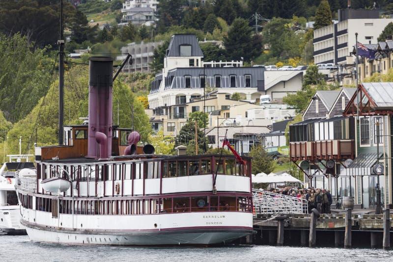 QUEENSTOWN, NZ - 12 DE NOVIEMBRE: TSS Earnslaw el 15 de noviembre de 2014 Está prendido imagen de archivo