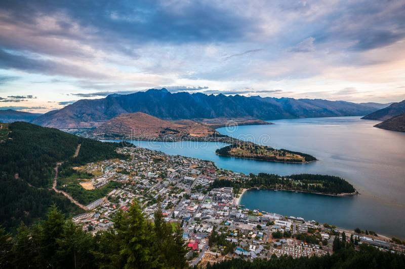 Queenstown solnedgångsikt, Nya Zeeland royaltyfri foto