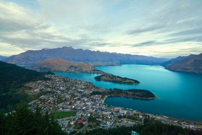 Queenstownstad met de Remarkables-bergen en het blauwe Meer Wakatipu, Nieuw Zeeland stock afbeeldingen