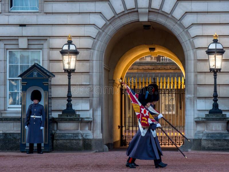 Queensvakten på Buckingham Palace UK royaltyfria bilder