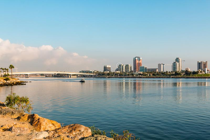 Download Queensway Tvilling- Broar Och I Stadens Centrum Long Beach Redaktionell Arkivfoto - Bild av bygger, skyskrapa: 106829173