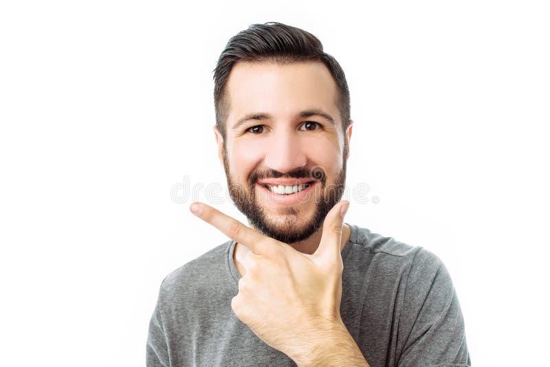 Quei fortunati Giovani pantaloni a vita bassa felici con la barba, emozioni di manifestazioni di felicità e gioia, uomo su fondo  immagine stock libera da diritti