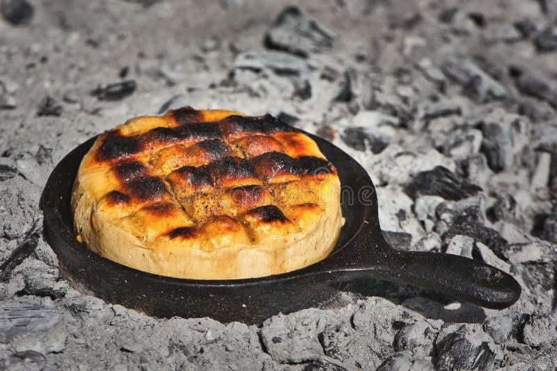 Queijo argentino delicioso Provoleta do fio do Provolone que ? cozinhado em um frigideira do ferro fundido sobre as brasas e as c imagens de stock royalty free