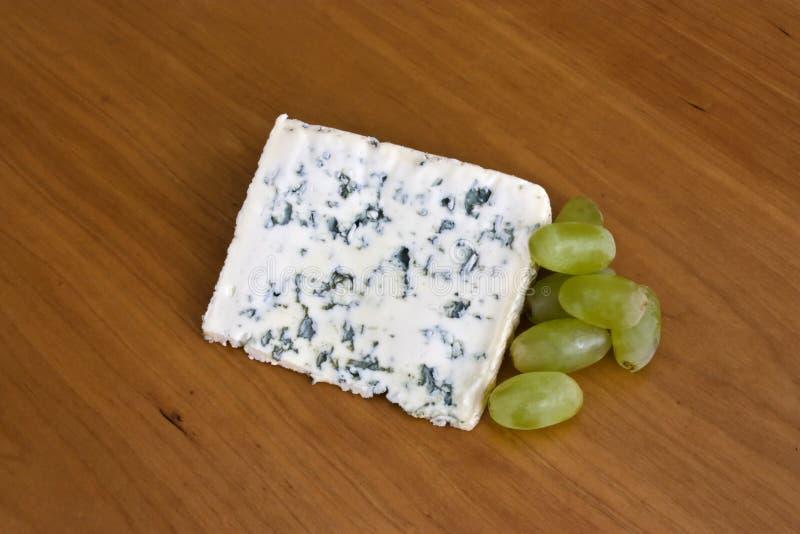 Queijo azul e uvas imagem de stock royalty free