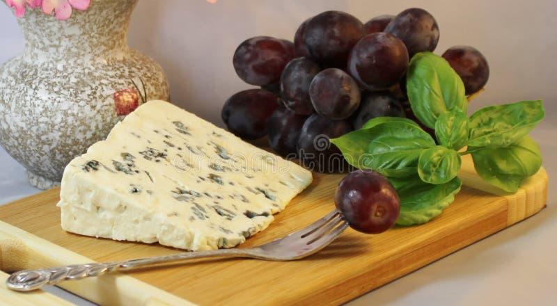 Queijo azul e uvas foto de stock