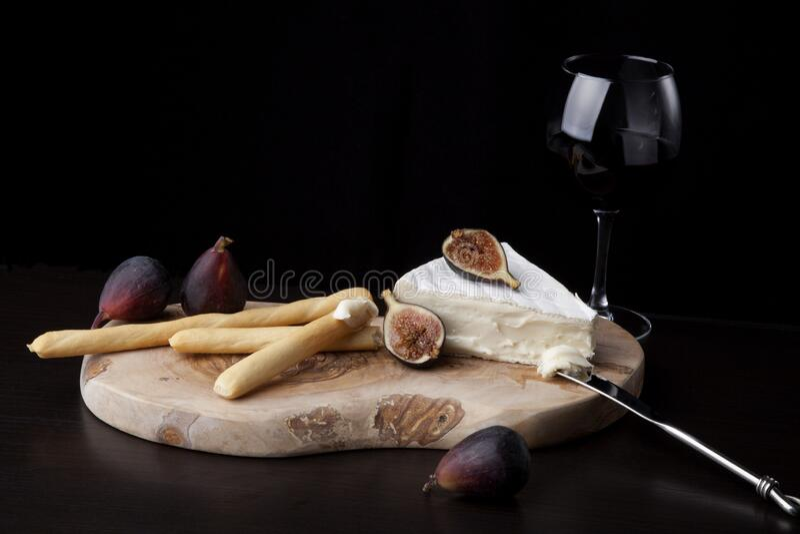 Queijo Brilhante, Breadsticks e vinho tinto em preto imagens de stock royalty free