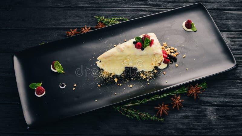 Queijo com bagas e frutos secos Deserto fotografia de stock