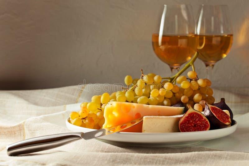 Queijo com frutos e vinho doce fotos de stock