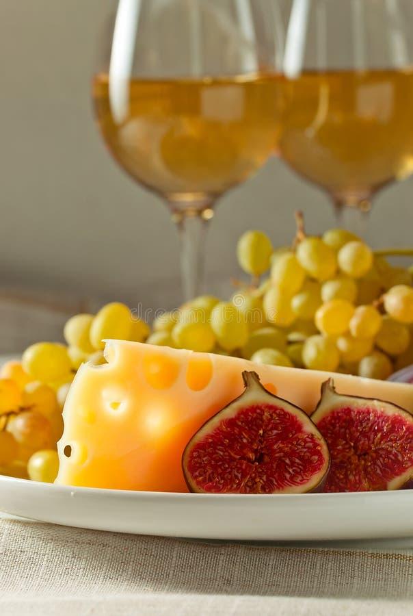 Queijo com frutos e vinho doce imagem de stock