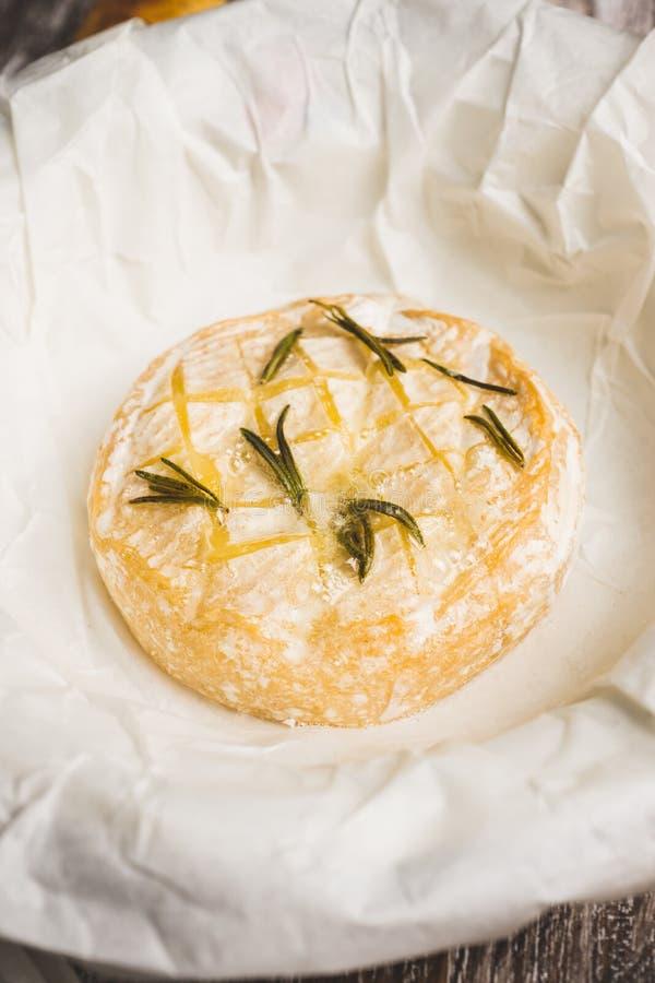 Queijo cozido do camembert com brindes e ervas dos alecrins no fundo do rustc imagens de stock