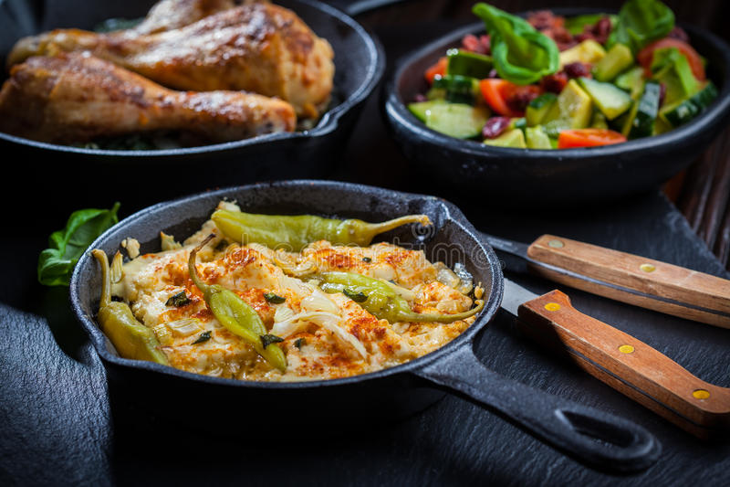 Queijo de feta cozido com salada do abacate fotografia de stock royalty free