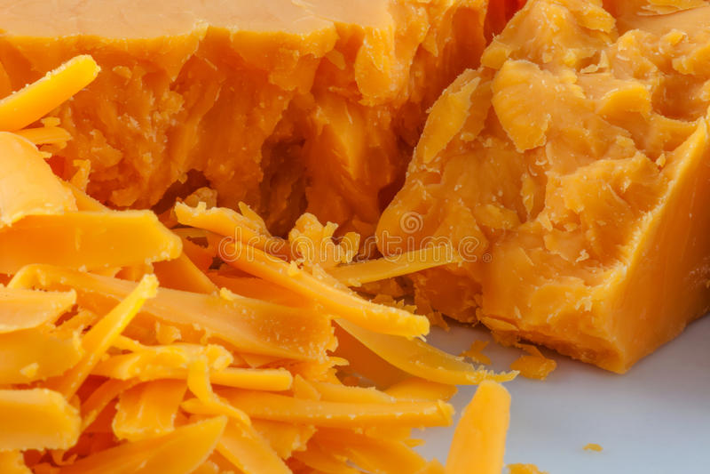 Queijo de queijo Cheddar raspado imagem de stock royalty free