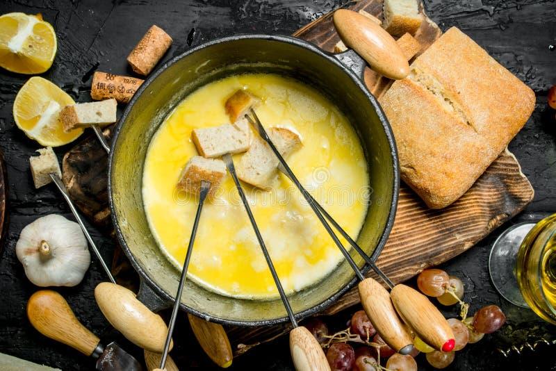 Queijo delicioso do fondue com vinho branco fotos de stock royalty free