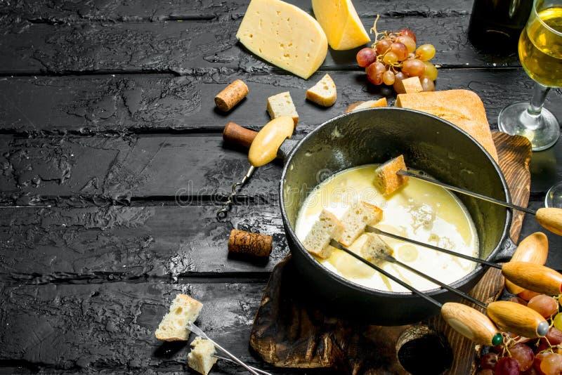 Queijo delicioso do fondue com vinho branco fotografia de stock royalty free