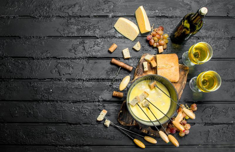 Queijo delicioso do fondue com vinho branco imagens de stock royalty free