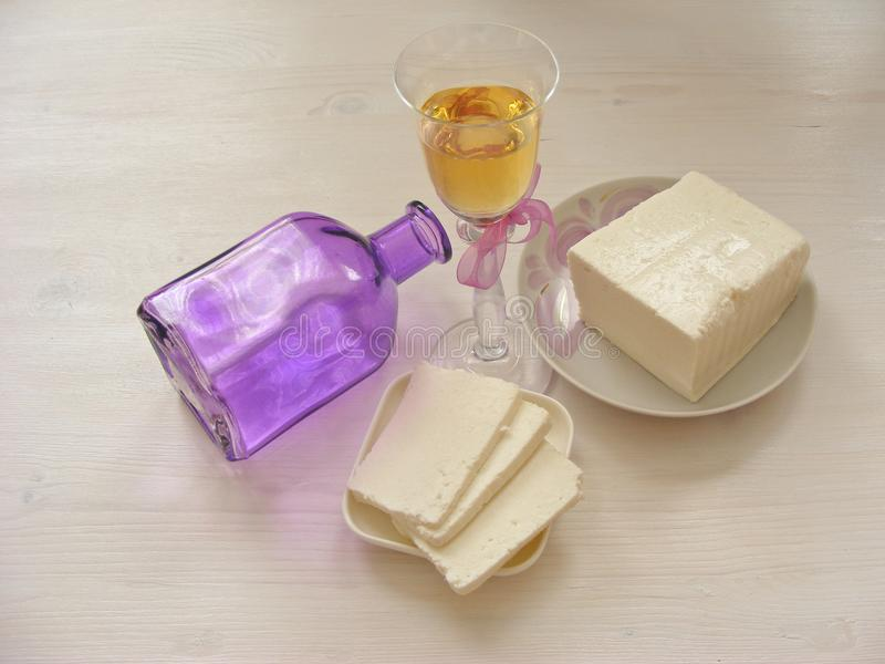 Queijo do Adygei no fundo de madeira branco com vidro do vinho branco com garrafa imagem de stock royalty free