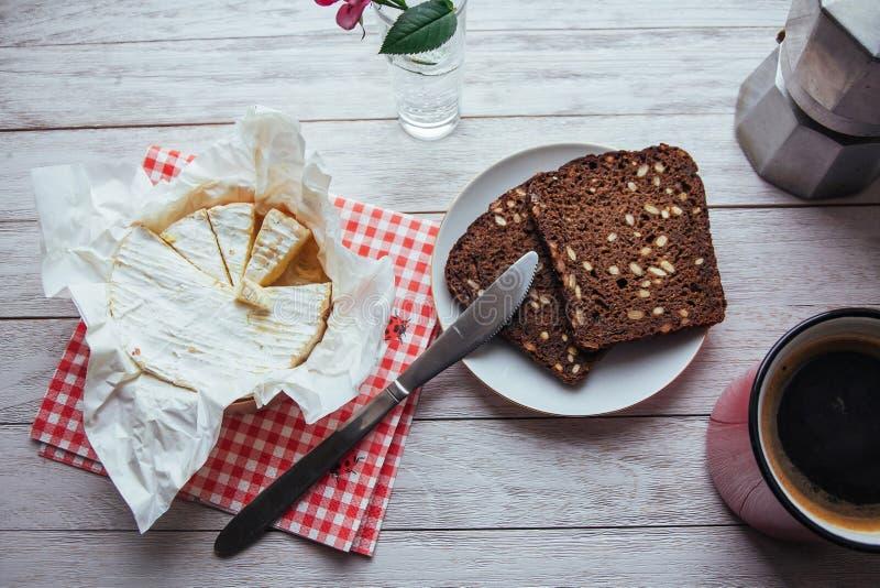 queijo do brie e café aromático do pão de mistura Almoço da manhã imagem de stock