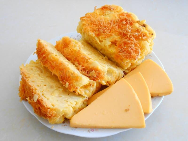 Queijo do macarrão, e queijo cortado fotografia de stock royalty free
