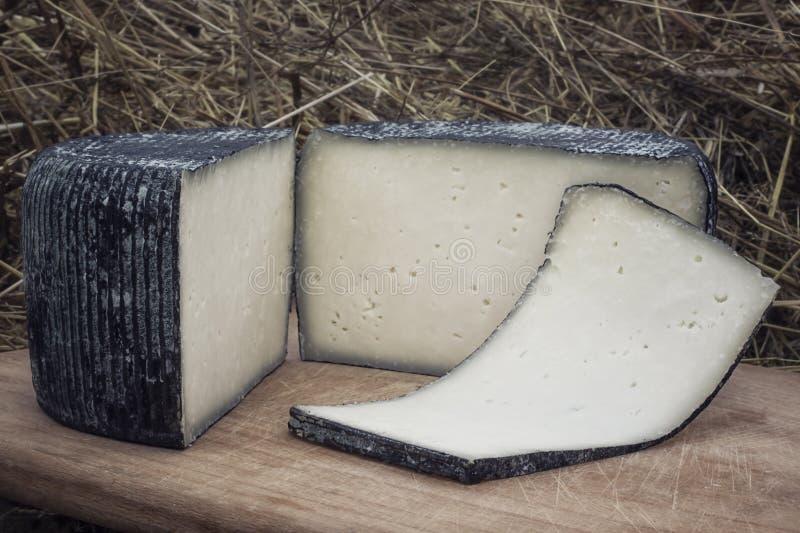 Queijo do ofício das vacas e do leite das cabras Cabe?a do queijo Foco seletivo imagens de stock