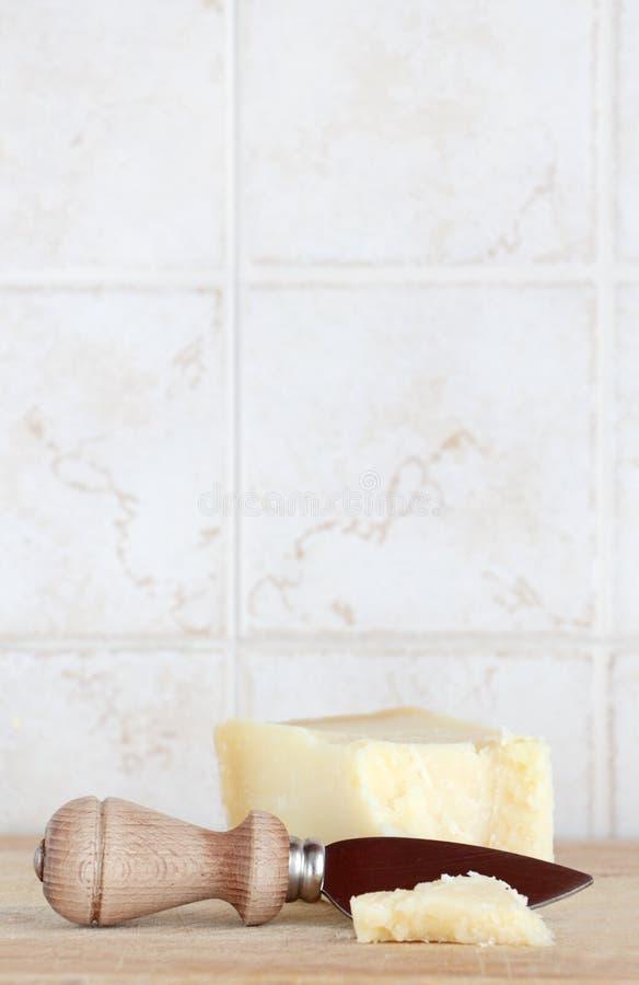 Queijo do Parmigiano, com faca, espaço para o texto foto de stock