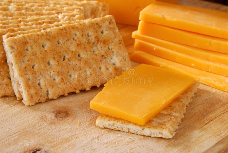 Queijo e biscoitos de queijo Cheddar foto de stock royalty free