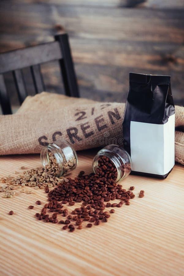 Queijo e feijões verdes no saco de café feito da serapilheira fotos de stock