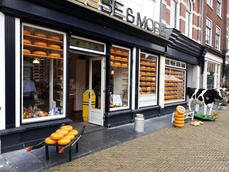 Queijo e mais loja, loja do queijo holandês na louça de Delft, Países Baixos fotos de stock