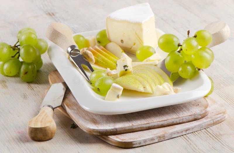 Queijo e uvas imagem de stock