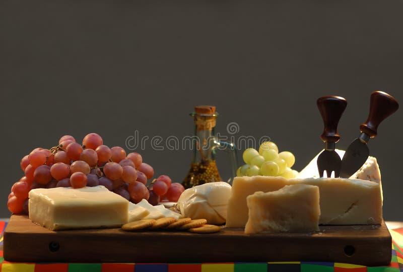 Queijo e uvas. ilustração royalty free