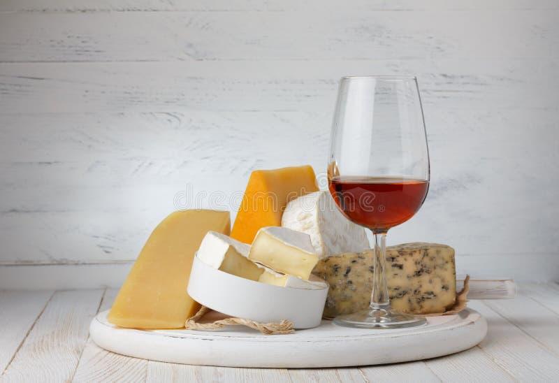 Queijo e vinho tinto imagem de stock