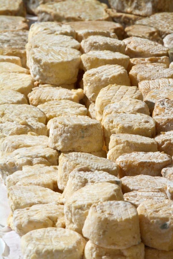 Queijo francês no mercado. foto de stock royalty free