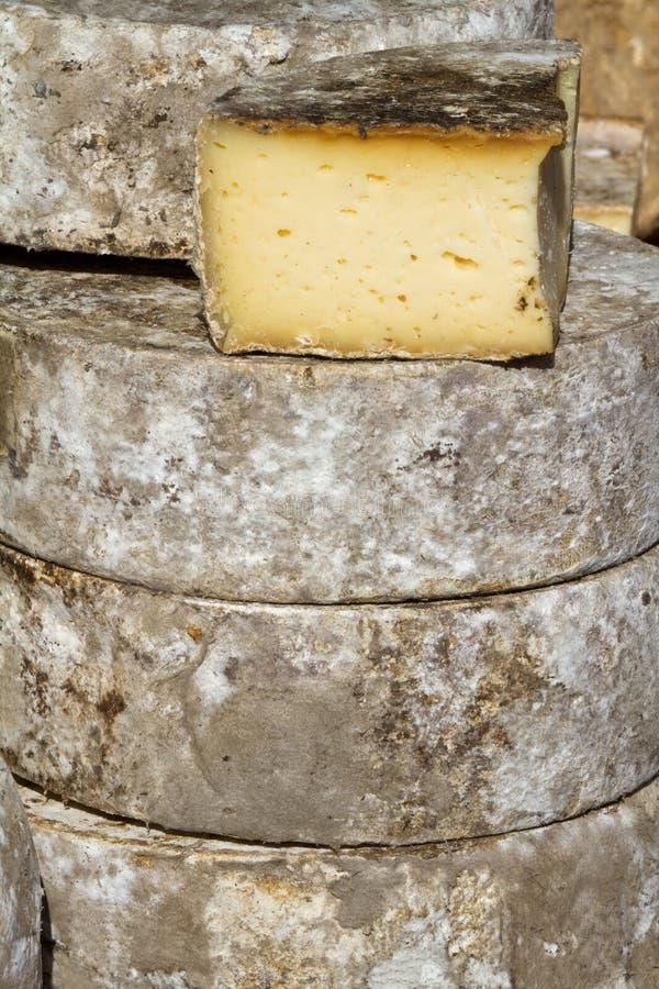 Queijo francês no mercado. imagem de stock